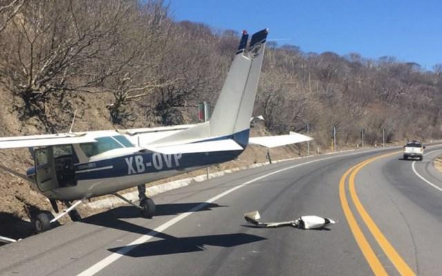 Avión pequeño aterriza sobre carretera en Guerrero - Foto de Quadratín