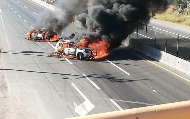 Bloquean con vehículos incendiados carreteras de Guanajuato - Foto de @CarlosVinicioAR