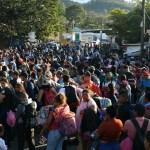 Nueva caravana de hondureños rompe cerco policial para entrar a Guatemala - Foto de AFP