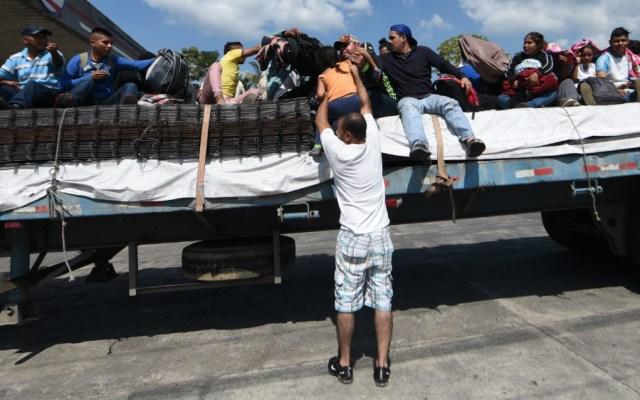 Hondureños retoman peregrinaje migratorio por Guatemala para llegar a EE.UU. - Foto de AFP