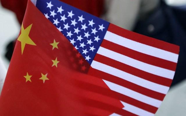Negociaciones comerciales con China han progresado: EE.UU. - Banderas de China y EE.UU. Foto de Internet