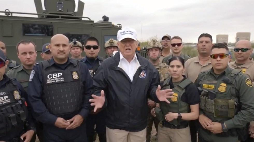 Trump califica de invasión situación en frontera con México - Donald Trump con oficiales desde la frontera sur. Captura de pantalla