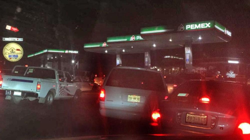 Usuarios duermen en sus coches para cargar gasolina en Morelia - Foto de Quadratín