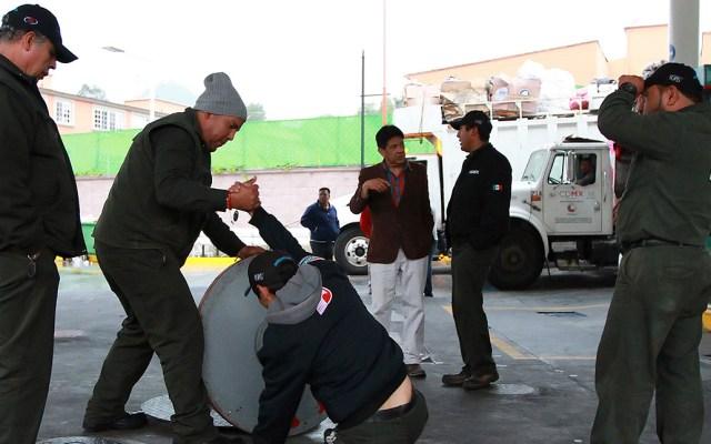 Detecta SAT anomalías en gasolineras por 3 mil 217 mdp - Labores en gasolinera. Foto de Notimex.