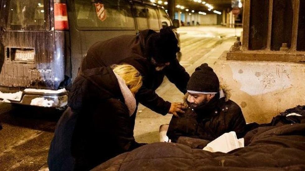 Hombre salva a 70 indigentes del frío en Chicago - Indigente recibiendo ayuda de Salvation Army. Foto de Chicago Tribune