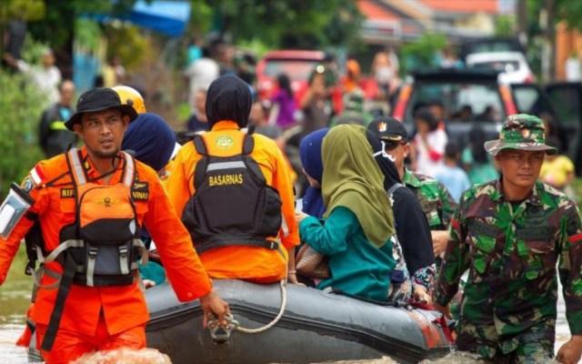 Aumentan a 68 cifras de muertos por inundaciones en Indonesia - inundaciones indonesia muertos