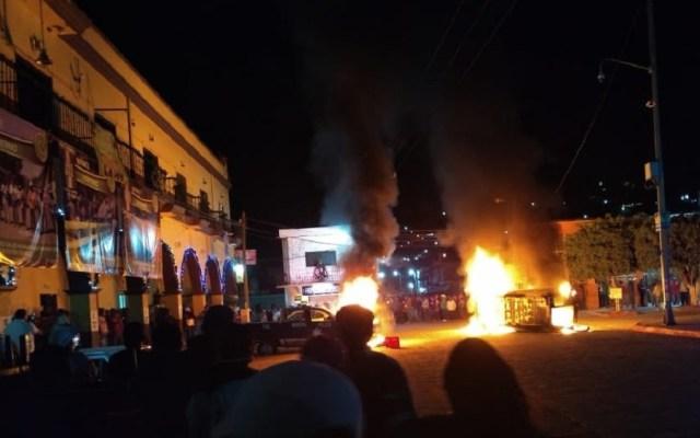 Rescatan a cuatro presuntos plagiarios de linchamiento en Morelos - Quema de vehículos por intento de linchamiento en Tepalcingo. Foto de Twitter