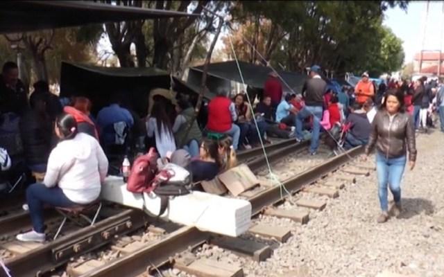 Acuerda CNTE liberar vías del tren en Michoacán - Maestros de la CNTE. Foto de CNN