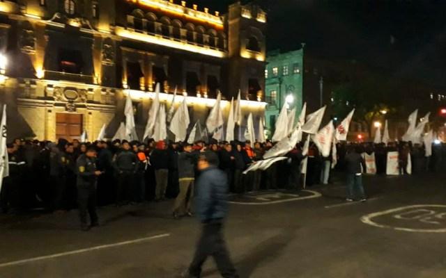 Trabajadores y bomberos protestan en el Zócalo - Foto de @ciemergencias