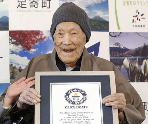 Masazo Nonaka con su certificado Guinness del hombre más viejo del mundo. Foto de Internet