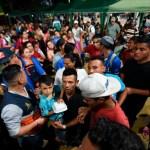 Caravana migrante rompe portón en frontera y cruza hacia México