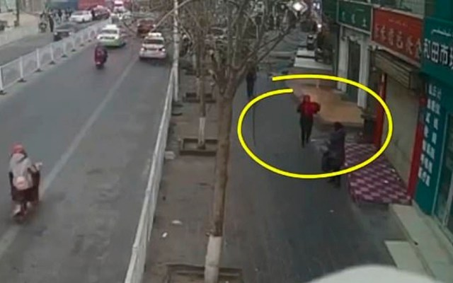 #Video Mujer roba a bebé de hospital en China