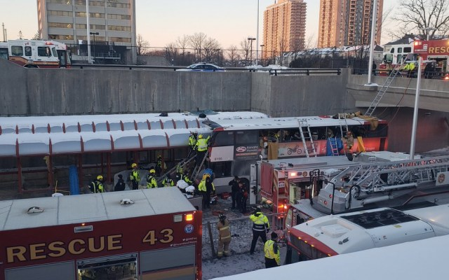 Al menos tres muertos por choque de autobús en Ottawa - Foto de @KirtapQC