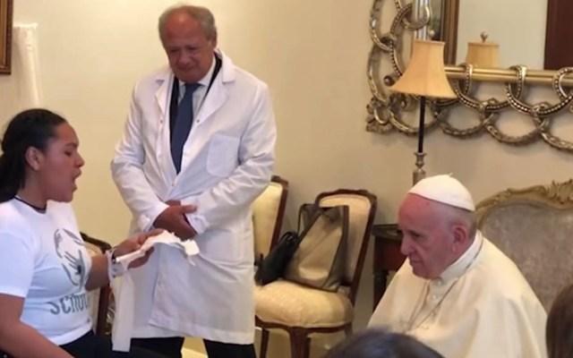 #Video Papa Francisco se conmueve con canto de joven hondureña - Captura de pantalla