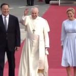 Papa Francisco llega a Panamá - Papa Francisco con la pareja presidencial de Panamá. Captura de pantalla