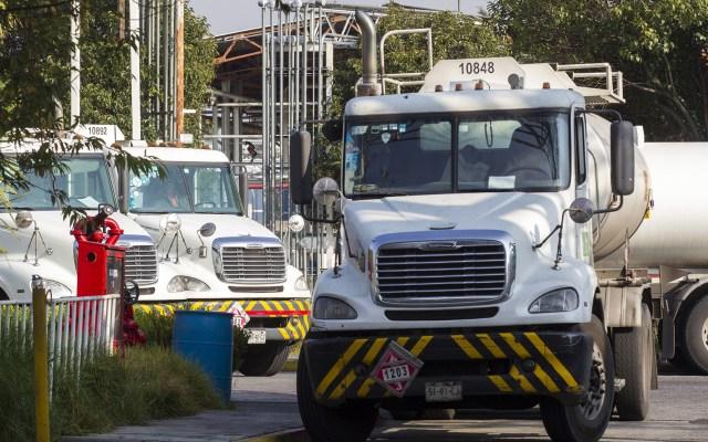 López Obrador envió a funcionarios a comprar pipas a EE.UU. - Pipa de combustible. Foto de Notimex