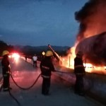 #Video Se incendia pipa cargada de gasolina en la México-Acapulco - Pipa incendiándose. Foto de Facebook