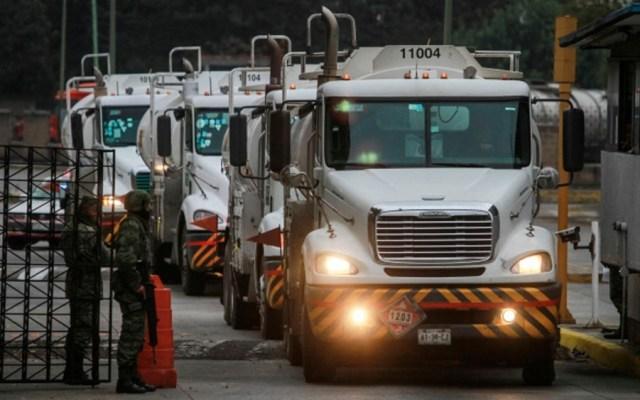 Canacar distribuye gasolina en seis estados - Pipas de gasolina. Foto de Notimex