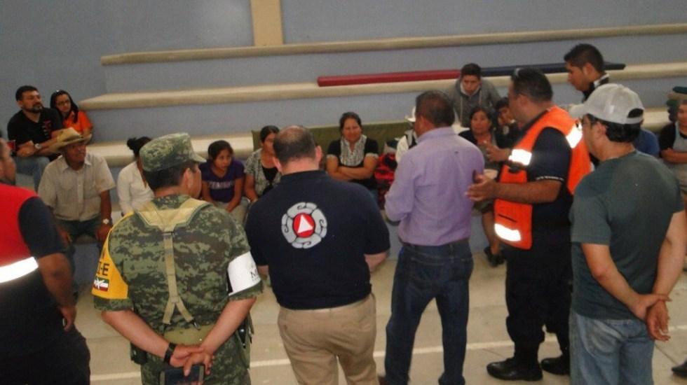 Controlan fuga por toma clandestina en Tlaxcoapan, Hidalgo - Protección Civil con vecinos desalojados por toma en Tlaxcoapan. Foto de Internet