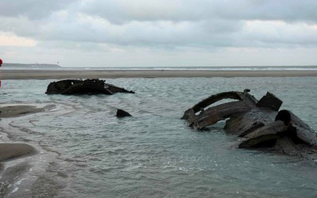 Emergen restos de submarino alemán en playa francesa - Foto de AFP