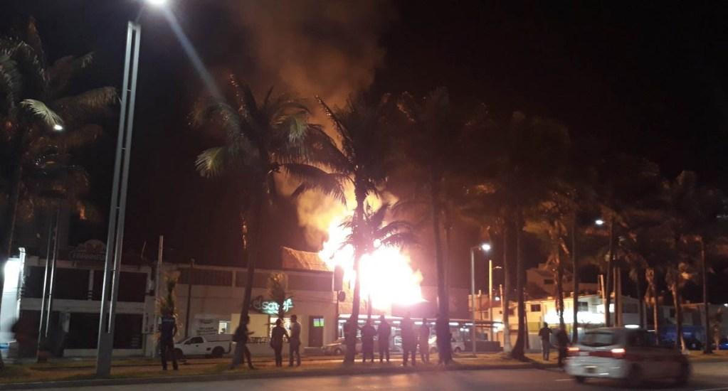 Fuerte incendio consume taquería en Boca del Río - Foto de @The_Alchemist9