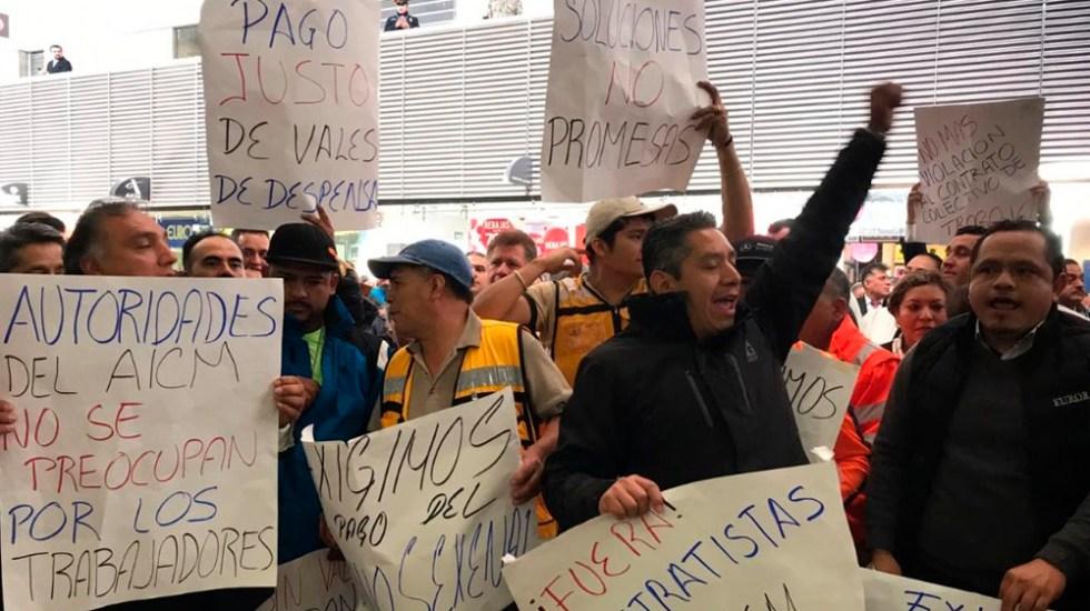 #Video Empleados del AICM logran bono sexenal tras protesta - Foto de La Jornada