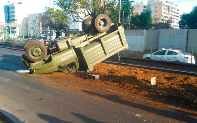 Vuelca camión de la Sedena en Periférico - Foto de @vialhermes