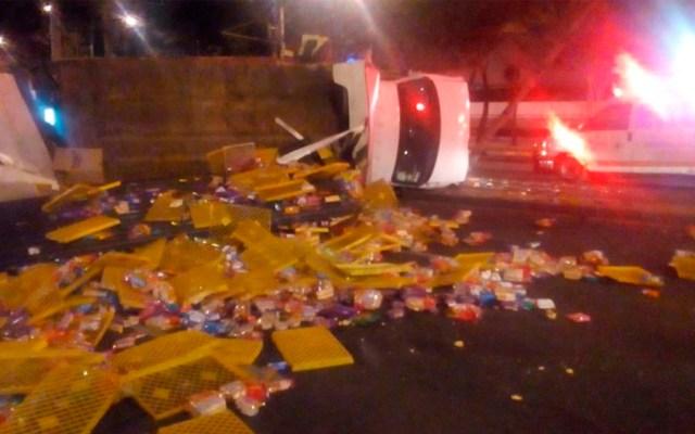 Vuelca camión repartidor de pan en Paseo de la Reforma - Foto de @ciemergencias