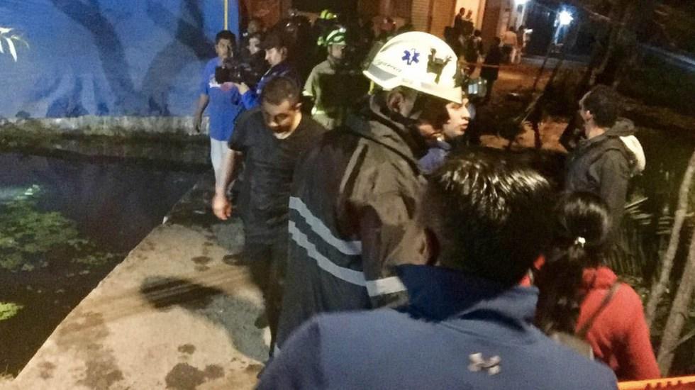 Rescatan a dos personas que cayeron a canal en Xochimilco - Foto de @Delta25MX