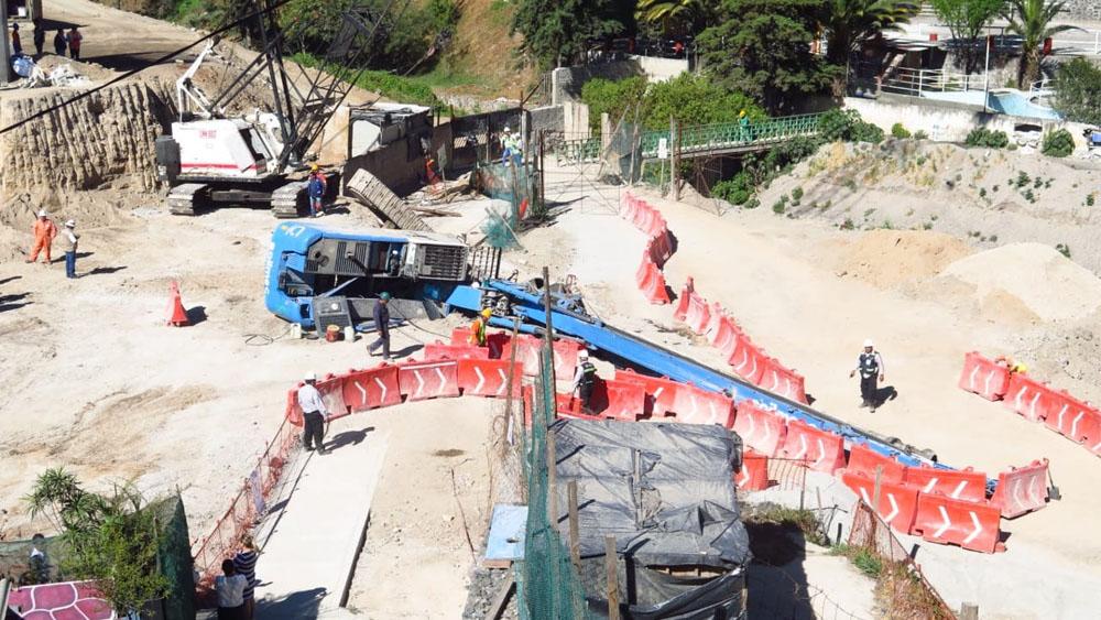 Volcadura de perforadora deja un herido en obras de Tren Interurbano - Foto de Vecinos Unidos Zona Poniente