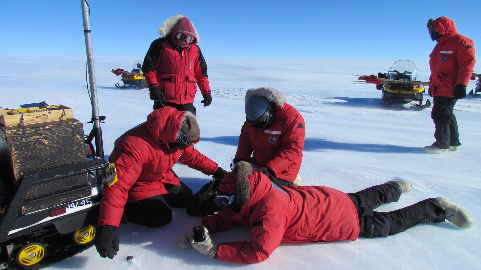 Trabajos de recogida de un ejemplar de meteorito en Miller Range,Antártida. Foto de Katherine Joy / ANSMET
