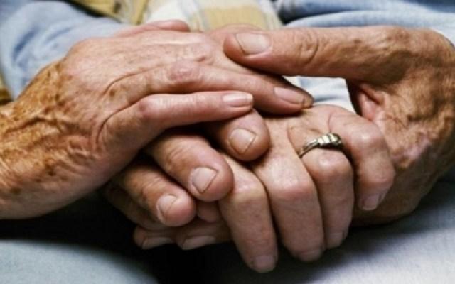 Ancianos mueren en pacto suicida en Chile - Ancianos tomados de la mano. Foto de Internet