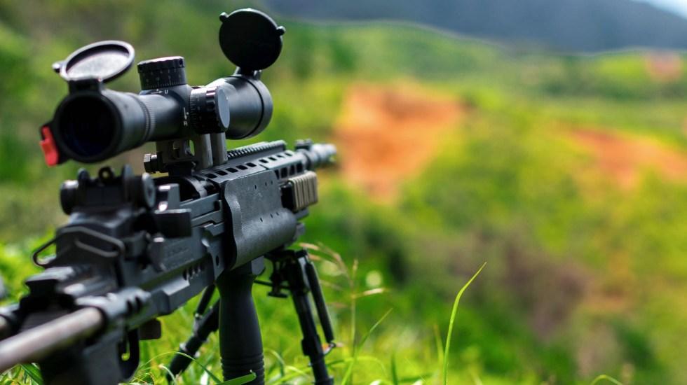 Leyes de armas en Nueva Zelanda tienen lagunas - Foto ilustrativa de un rifle. Foto de Thomas Tucker para Unsplash