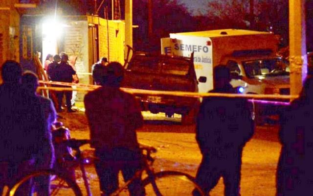 Comando armado asesina a cinco personas en Silao - Autoridades y Semefo de Silao en escena del crimen. Foto de @alec_diaz_