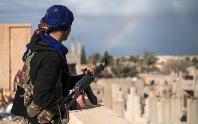 Fuerzas kurdo-árabes evacúan en Siria a civiles de último reducto del EI - Foto de AFP