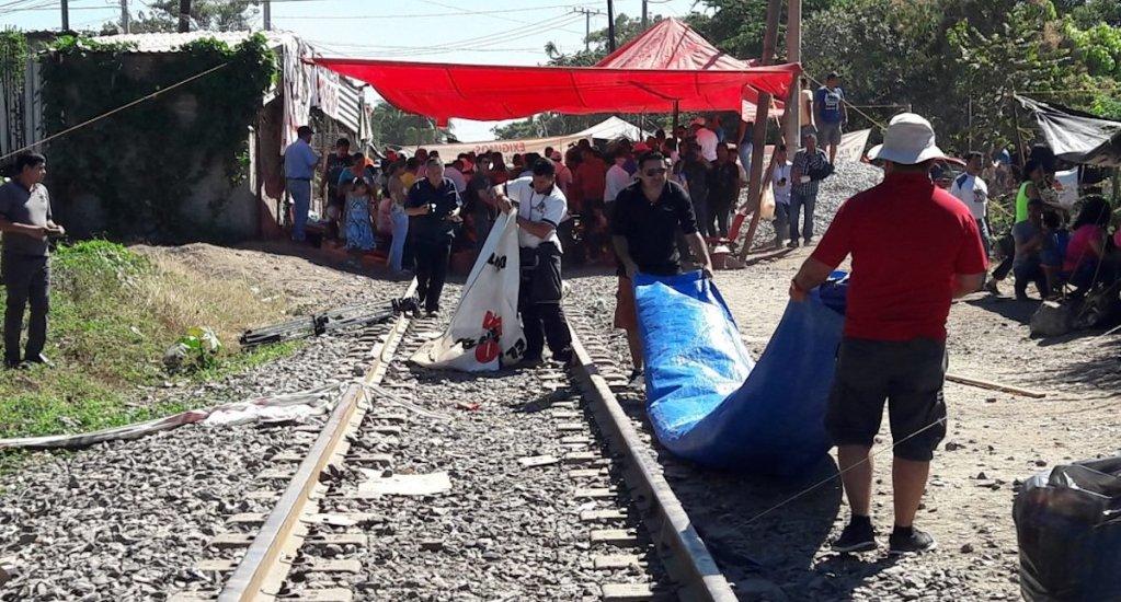 Maestros liberan vía del tren en Michoacán, confirma KCSM - Bloqueo de la CNTE en Michoacán. Foto de Quadratín