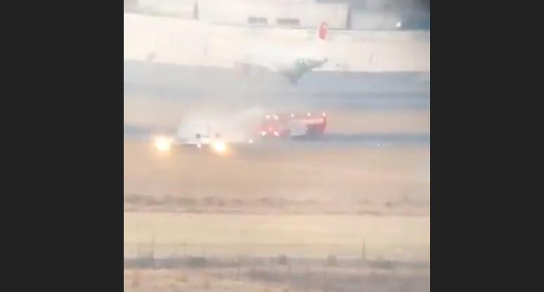 Aeronáutica Civil investigará despiste en AIT - Bomberos extinguiendo el fuego de la ambulancia aérea. Captura de pantalla