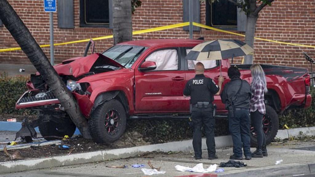 #Video Intentan levantar camioneta para rescatar a peatones atropellados - Foto de AP