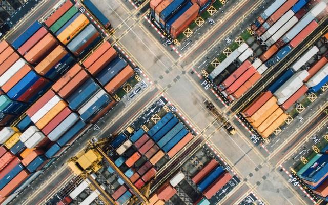 EE.UU. pone fin a acuerdos comerciales con India y Turquía - Foto ilustrativa de contenedores de mercancía en puerto de Singapur. Foto de Chuttersnap para Unsplash
