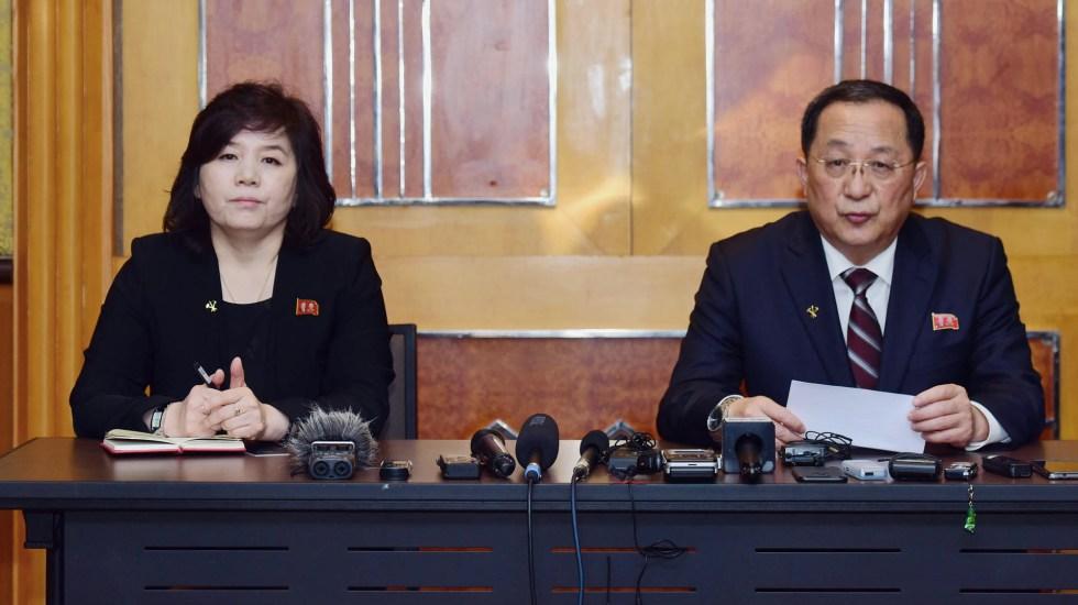 Corea del Norte no cambiará su propuesta: canciller - El ministro de Relaciones Exteriores de Corea del Norte, Ri Yong-ho, habla mientras la viceministra de Asuntos Exteriores, Choe Son-hui, observa durante una conferencia de prensa en Hanói. Foto de Huy Phong/AFP
