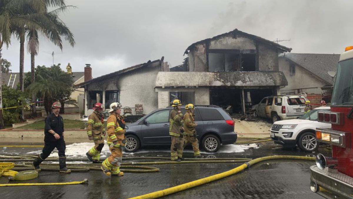 Una avioneta cayó sobre un barrio en California y murieron 5 personas