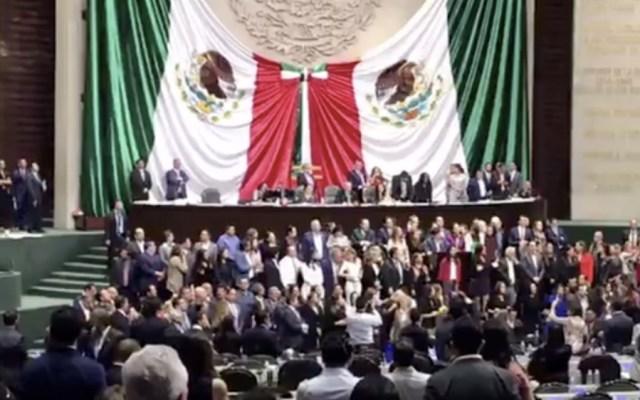 Diputados de oposición toman tribuna de San Lázaro - Foto de Once Noticias