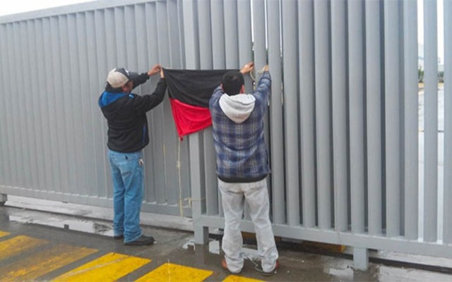 Queremos diálogo con los trabajadores, no con agitadores: Concamin - trabajadores Empleados quitando bandera de huelga en Matamoros. Foto de Milenio