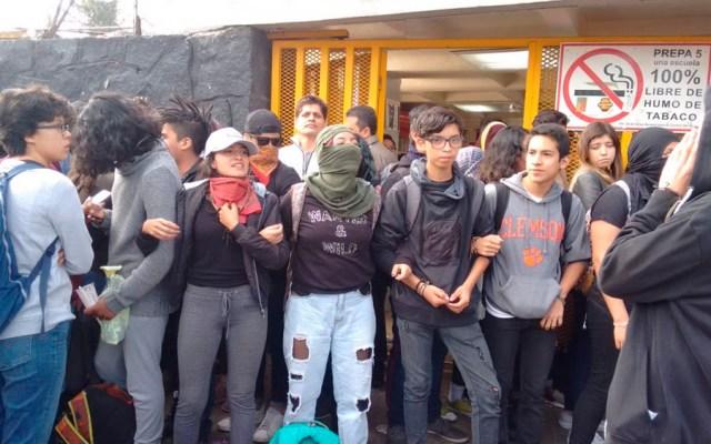 Encapuchados toman instalaciones de Prepa 5 - Foto de @ciemergencias