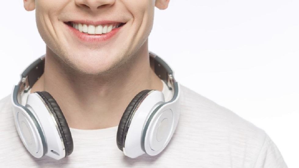 Escuchar música con audífonos. Foto de yacobchuk/Getty Images/iStockphoto