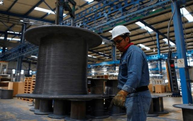 Cae la economía mundial y afectará el crecimiento de México este año: Banxico - Trabajador en fábrica mexicana. Foto de Reuters