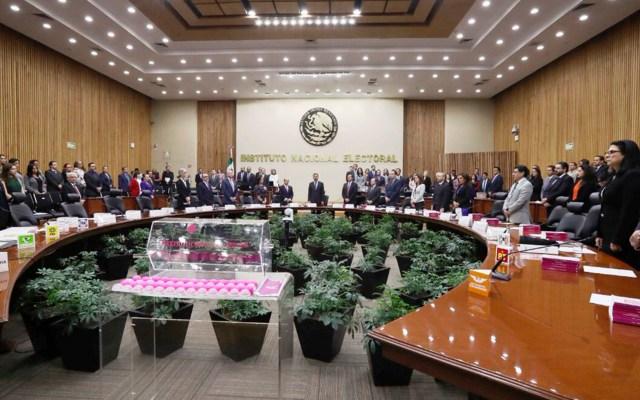 Impone INE sanciones por irregularidades en precampañas en seis estados - Un minuto de silencio por Vocal Ejecutivo del INE