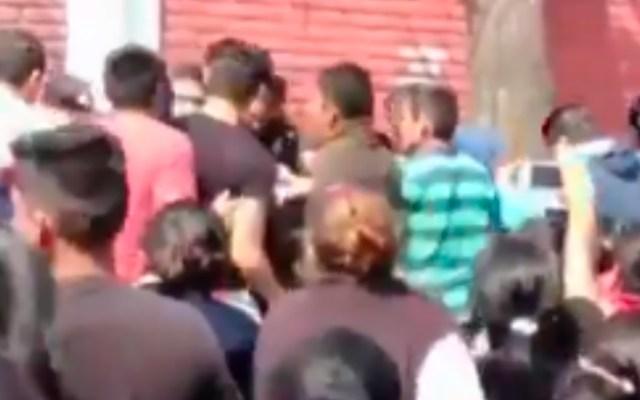 Padres de familia intentan linchar a pareja afuera de primaria en Tlalpan - Captura de Pantalla