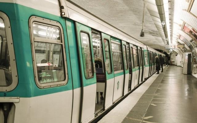 Hombre quema rostro a joven en Metro de París - Interior del Metro de París. Foto de Magicmaman