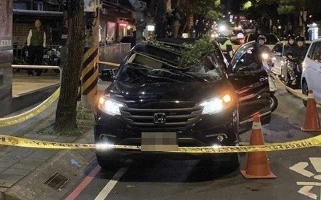 Joven sobrevive a suicidio al caer sobre auto que se detuvo en semáforo - Foto de New Taipei City Police Department